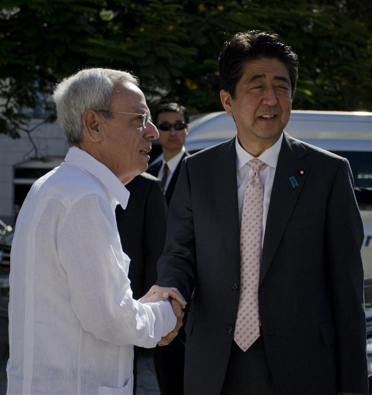 leal se despide del presidente de japon (Medium)