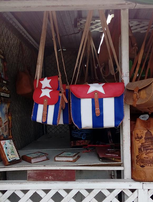 El reconocido intelectual no cree que la bandera cubana deba venderse en todo tipo de accesorios. (Foto: L. Eduardo Domínguez/ Cubadebate.)