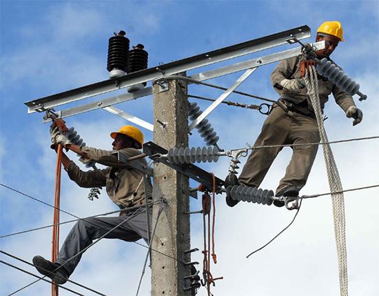 Trabajadores del sector eléctrico de diversas provincias del país prestan ayuda a Oriente. Foto: Miguel Rubiera