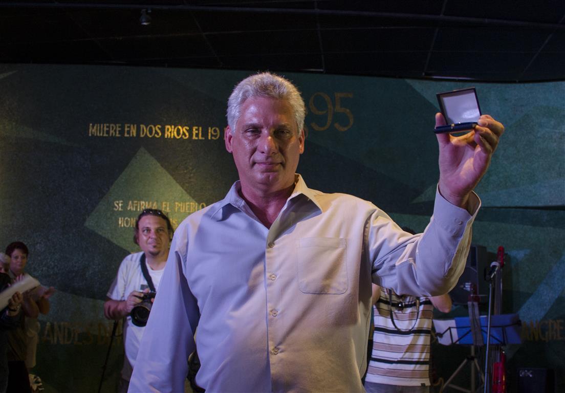 Miguel Díaz-Canel, primer Vicepresidente de los Consejos de Estado y de Ministros recibe la medalla conmemorativa otorgada al líder de la Revolución Cubana, Fidel Castro Ruz
