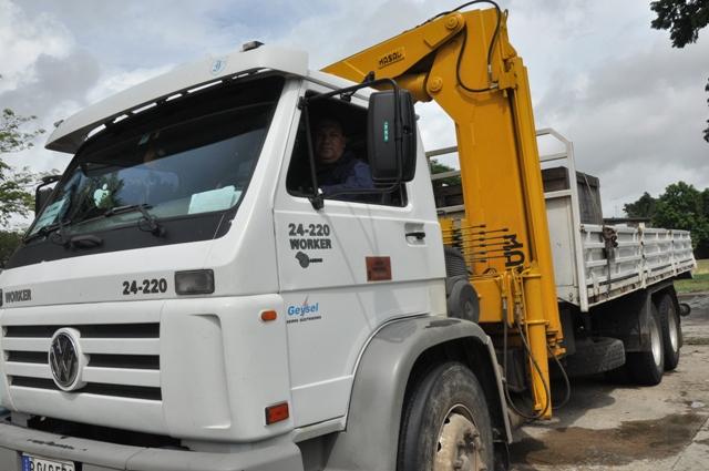 Carros de servicio y camiones para transportar equipos pesados, cables, líneas y piezas de repuesto, aguardan vías de acceso seguras hacia los municipios Imías, Baracoa y Maisí. Fotos: Lorenzo Crespo Silveira