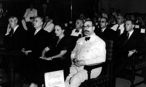 María Zambrano y Fernando de los Ríos, en la inauguración de la 'Reunión de profesores españoles en el exilio'. Aula magna de la Universidad de La Habana, 1943.