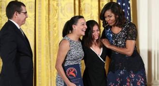 Ballet Lizt Alfonso recibe premio en la Casa Blanca de manos de Michelle Obama. A la izquierda, el Embajador cubano en Washington, José Ramón Cabañas. Foto: @JoseRCabanas/ Twitter