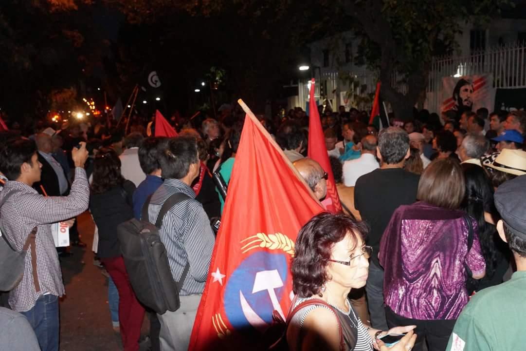 Chilenos frente a la Embajada de Cuba en Chile