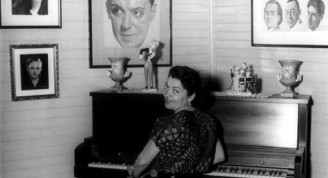 La Santana ante el piano del maestro Lecuona en la finca LaComparsa  (Small)