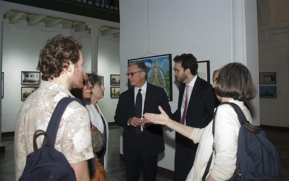 exposición de paolo simonazzi embajador recorre la muestra (Medium)