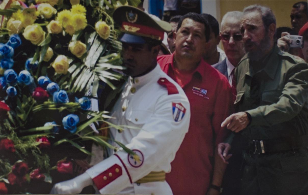 fidel y chavez ante monumento a bolivar (Medium)