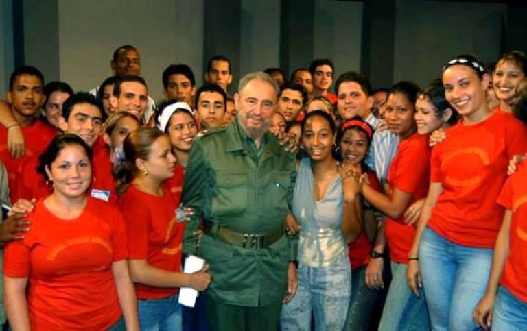 fidel-y-jovenes-cubanos
