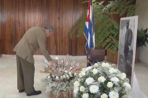 homenaje-de-raul-y-dirigentes-del-partido-a-fidel-foto-granma2