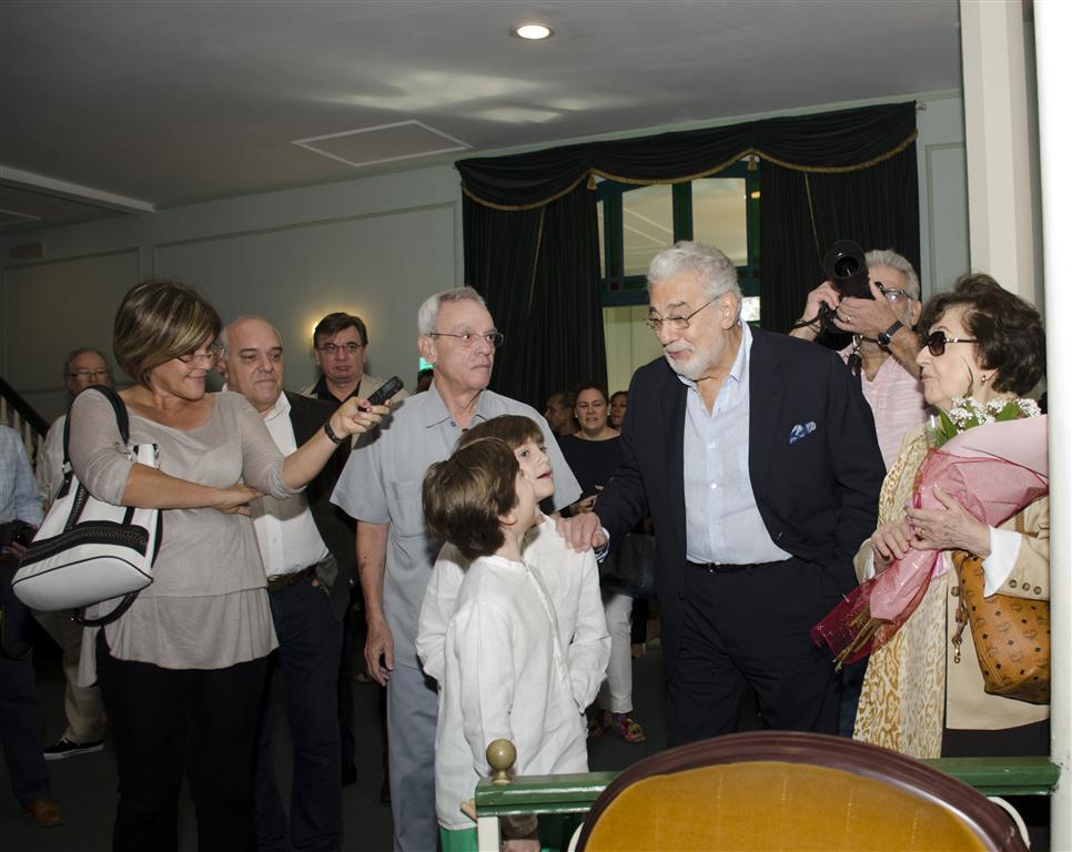 placido recorre teatro martí con su familia (Medium)