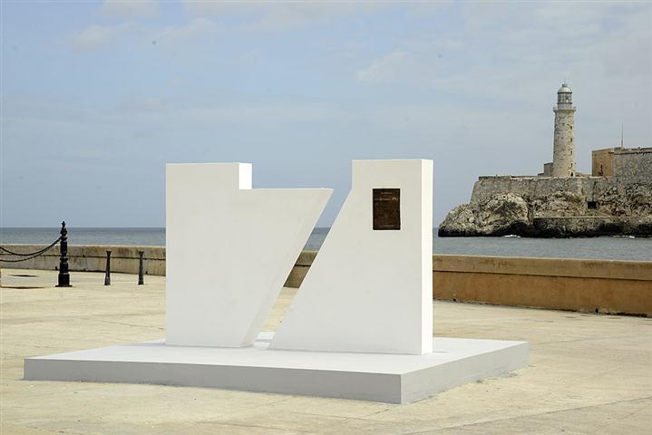 El monumento con la placa conmemorativa que acredita a La Habana como Ciudad Maravilla fue develado en la explanada del Castillo de San Salvador de la Punta