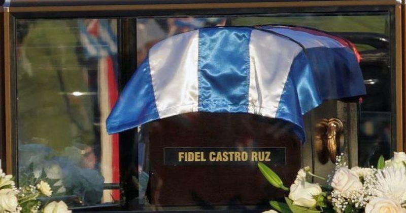 Los restos mortales de Fidel peregrinan en su segundo día de traslado desde La Habana hasta el cementerio de Santa Ifigenia.