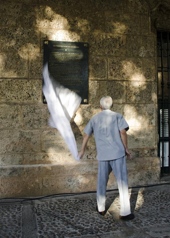 El Historiador de la Ciudad develó una placa de bronce que perpetúa un fragmento del Decreto Ley No. 143 del 30 de octubre de 1993, suscrito por el líder de la Revolución Fidel Castro Ruz