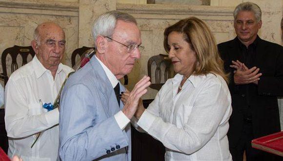 El Dr. Leal Spengler (centro izq.) también recibió la Orden Carlos J. Finlay (Foto: Marcelino Vázquez/ ACN).