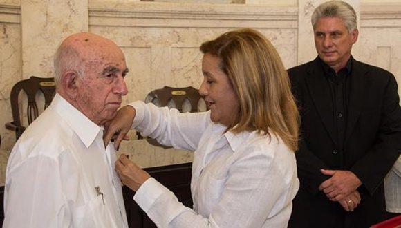 José Ramón Machado Ventura recibe la Orden Carlos J. Finlay de manos de Elba Rosa Pérez Montoya (C), Ministra de Ciencia, Tecnología y Medio Ambiente. Foto: ACN.