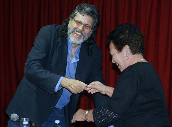 El ministro de Cultura, Abel Prieto, felicita a Olaga Marta Pérez, directora de Ediciones Unión por ganar el Primer Premio en Stand Modular. Foto: José Raúl Concepción/ Cubadebate