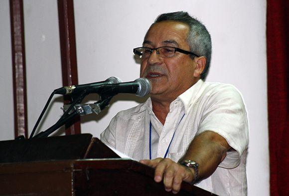 Juan Rodríguez, presidente del Insituto Cubano del Libro, lee las palabras de clausura. Foto: José Raúl Concepción/ Cubadebate