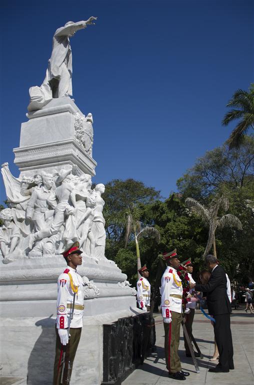 ante el monumento a josé martí embajador y consul (Medium)