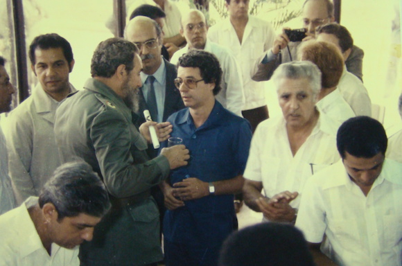 Fidel junto a Frei Betto y un grupo de científicos cubanos en la Inauguración del Centro de Ingeniería Genética y Biotecnología de La Habana. Foto: Cortesía del CIGB