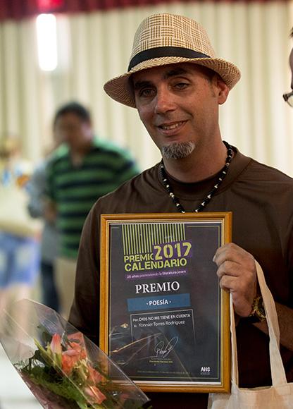 Yonnier Torres se llevó la distinción en Poesía. Foto: Ismael Francisco/ Cubadebate