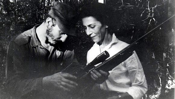 Junto a Celia Sánchez durante la primera reunión de la Dirección Nacional del Movimiento 26 de Julio en la Finca de Epifanio Díaz campesino colaborador del Ejército Rebelde, 17 de febrero de 1957. Foto: Sitio Fidel Soldado de las Ideas/ Oficina de Asuntos Históricos del Consejo de Estado