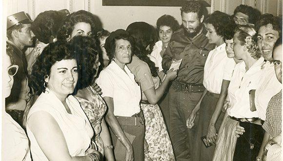 Junto a Gladys García de Suzarte (Marel), quien le entrega a Fidel un cheque por la suma de 110, 103. 41 pesos correspondientes a la recaudación obtenida por la Gran feria Pro- Reforma Agraria, 1960. Foto: Sitio Fidel Soldado de las Ideas/ Archivo Nacional de Cuba