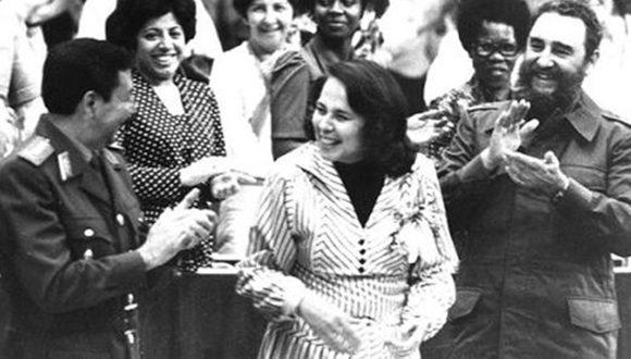 Participa en la clausura del III Congreso de la Federación de Mujeres Cubanas, a su lado Vilma Espín Guillois, Secretaria de la FMC y el General de Ejército Raúl Castro Ruz, 8 de marzo de 1980. Foto: Sitio Fidel Soldado de las Ideas/ Diario Juventud Rebelde