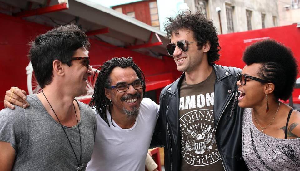 Los músicos cubanos David Blanco (i), X Alfonso (2i), Ernesto Blanco (2d) y Yissy (d) posan el 20 de marzo de 2017, en La Habana, Cuba, luego de asistir a una rueda de prensa para anunciar el festival Havana World Music. Alejandro Ernesto EFE