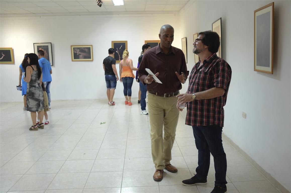 Alexis Rodríguez comparte con el público asistente a la muestra