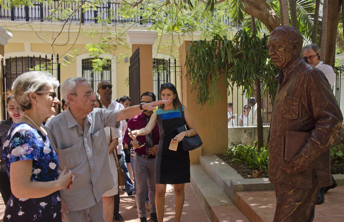 30 palacio marqués de arcos café literario escultura del gabo (Medium)