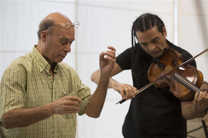 Yuval Gotlibovich, violista y compositor de Israel junto al maestro Guido López-Gavilán. Foto: Gabriel Guerra Bianchini