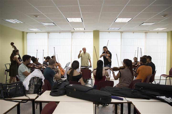 El maestro Guido López-Gavilán durante el ensayo del concierto inaugural. Foto: Gabriel Guerra Bianchini