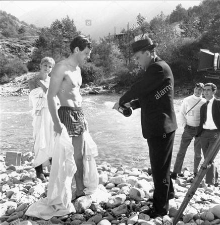 """Stefania Sandrelli y J.P.Belmondo con Jean Pierre Melville (director) en el set de """"L'aîne des Ferchaux"""" (1963)"""