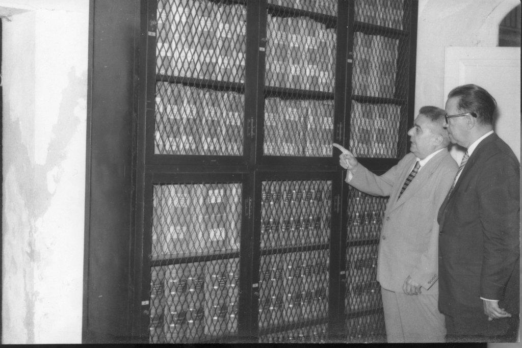 Emilio Roig con las Actas del Ayuntamiento. Foto: Cortesía del Archivo Histórico