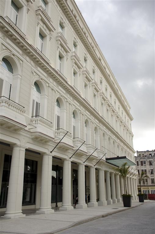 Hotel Manzana entrada principal (Medium)