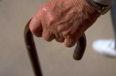 anciano-mano-baston