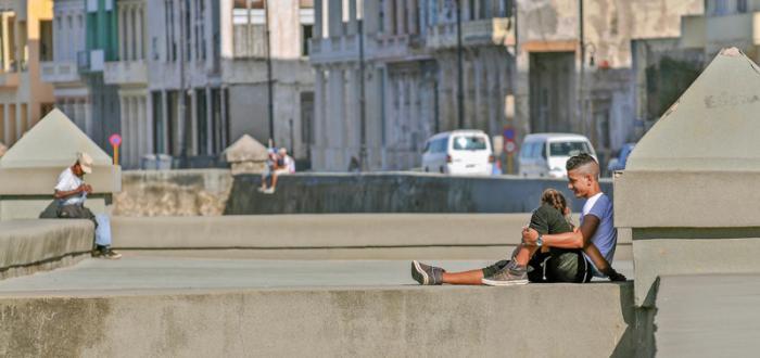 El Malecón constituye el más grande sofá que no se ha construido en la ciudad. Foto: Jose M. Correa