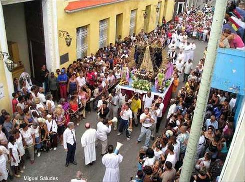 La procesión de la Tutelar hace una parada frente al Museo de Guanabacoa, antigua casa de la Camarera de la Virgen. (Foto/texto: Miguel Saludes)