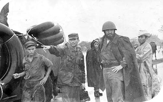 En pleno huracán, con casco y chaqueta, el líder cubano llegó hasta los sitios más desvastados. Foto: Archivo de Bohemia
