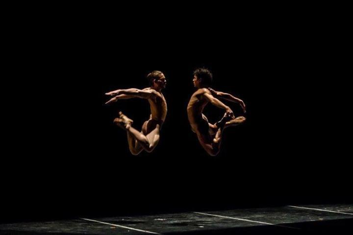 """""""El cruce sobre el Niágara"""", a cargo de dos bailarines hombres"""