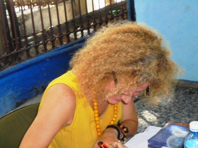 Karla firmando libros