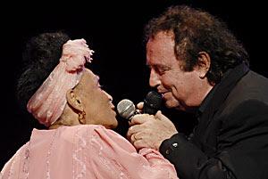 El cantante español José Gómez Romero (Dyango) acompañado por Omara Portuondo, integrante del Buena Vista Social Club durante el concierto realizado en el teatro Kart Marx de La Habana, el 15 de junio de 2008. FOTO/Roberto MOREJON RODRIGUEZ