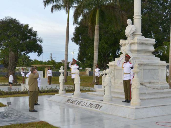 El General de Ejército rinde tributo al Padre de la Patria. Foto: Estudios Revolución