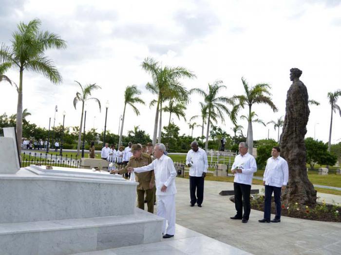 Ante el monumento a Mariana Grajales depositaron flores blancas. Foto: Estudios Revolución