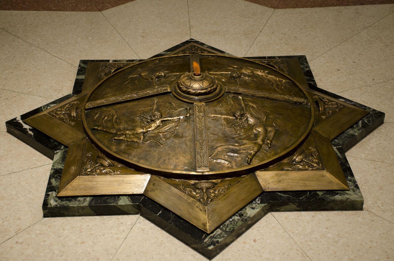 13. La llama eterna de bronce y mármol de la Cripta al Mambí Desconocido