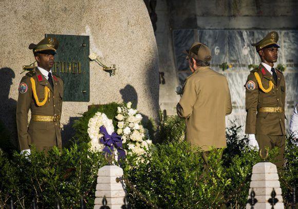 Raúl-rinde-honores-a-Fidel-en-Santa-Ifigenia.-Foto-Irene-Pérez-Cubadebate-3-580x407
