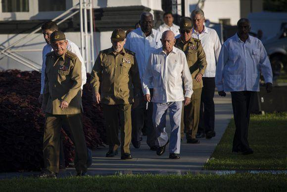 Raúl-rinde-honores-a-Fidel-en-Santa-Ifigenia.-Foto-Irene-Pérez-Cubadebate-6-580x388