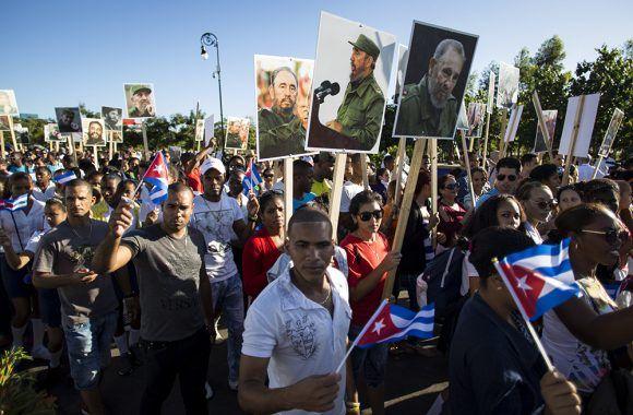Los santiagueros peregrinan desde la plaza hasta Santa Ifigenia. Foto: Irene Pérez/ Cubadebate.
