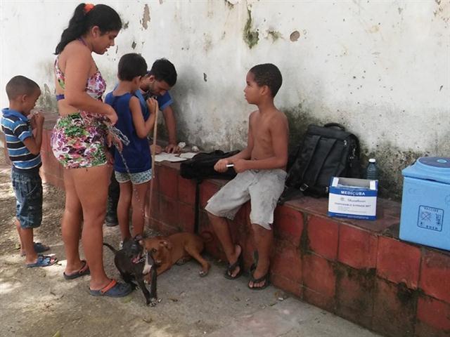 Joven trabajador del Departamento de Higiene y Epidemiología, confecciona el Certificado de Vacunación durante una campaña de vacunación antirrábica en el municipio Habana Vieja. Foto: Fernando Gispert Muñoz