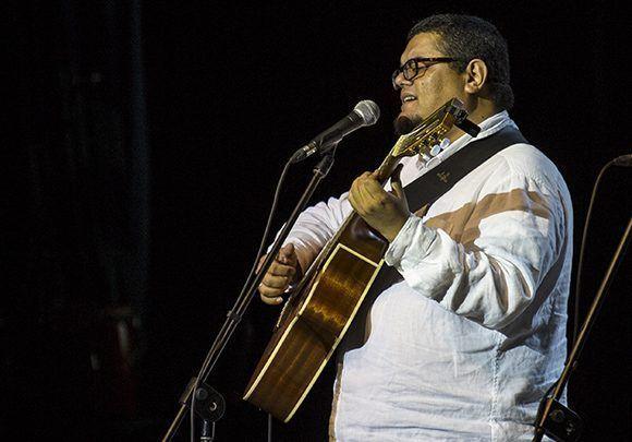 El cantautor Eduardo Sosa durante la velada. Foto: Irene Pérez/ Cubadebate.